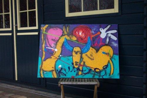 afmeting 100x70 een schitterend kleurrijk doek gespannen op een stevig frame. de zijkanten zijn meegeschilderd dus dit werk kan zo aan de muur. gedateerd en handgesigneerd. prijs op aanvraag